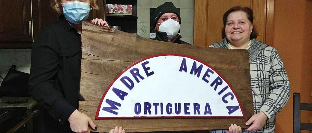 Rosana González, a la izquierda, entrega a Pepe Pérez y María Ángeles Oliveros el detalle con la placa original que lleva el nombre de la embarcación. | Rep. de T. C.