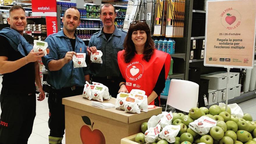 Arrenca la campanya «Una poma per la vida» per a les persones amb esclerosi