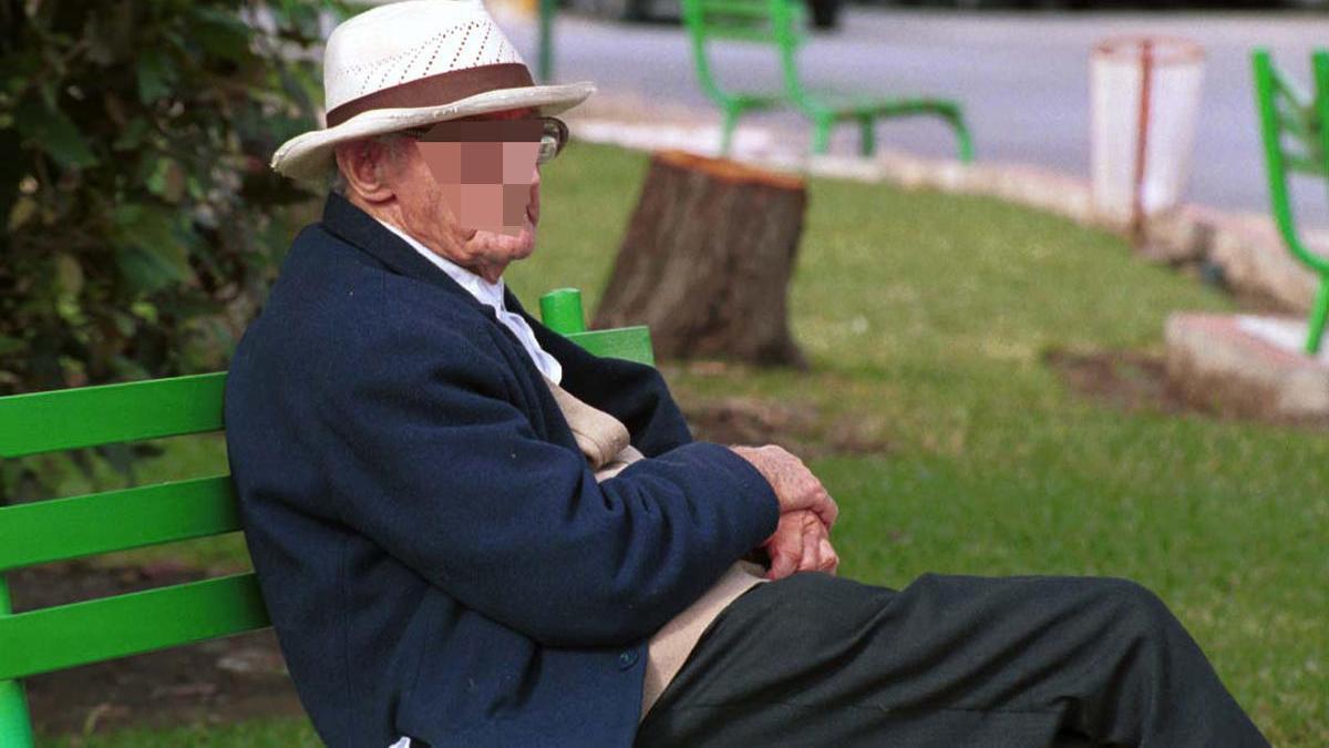 Foto de archivo de un anciano tomando el sol en una residencia.