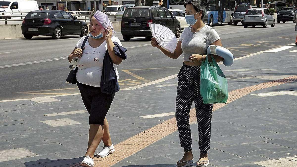 Dos mujeres intentando soportar la ola de calor en Palma, estos días pasados.