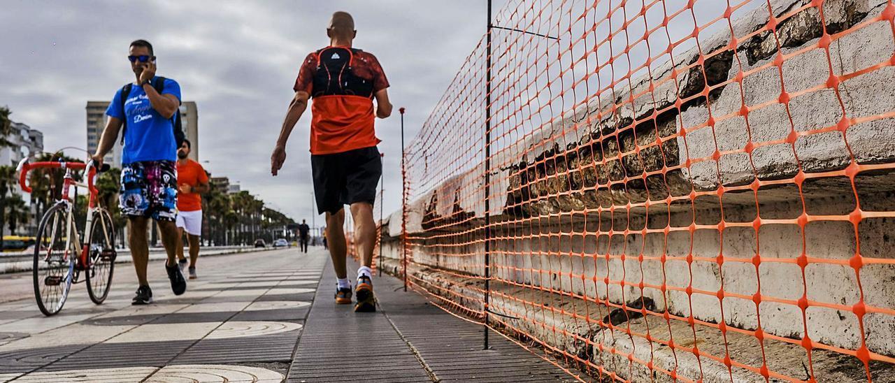 Varias personas pasean por el paseo de la Avenida Marítima, junto a los bancos deteriorados. | | JOSÉ CARLOS GUERRA