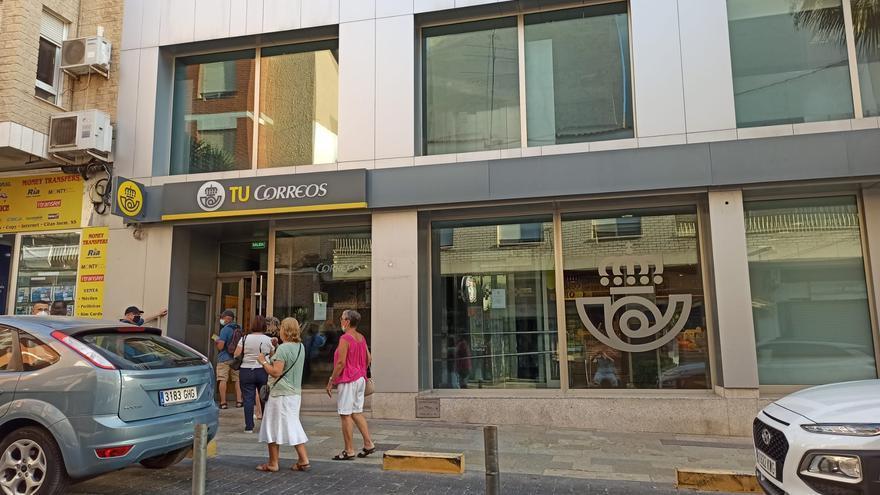 """Correos instala una """"máquina autoservicio"""" para el depósito de paquetes en la oficina principal de Torrevieja"""