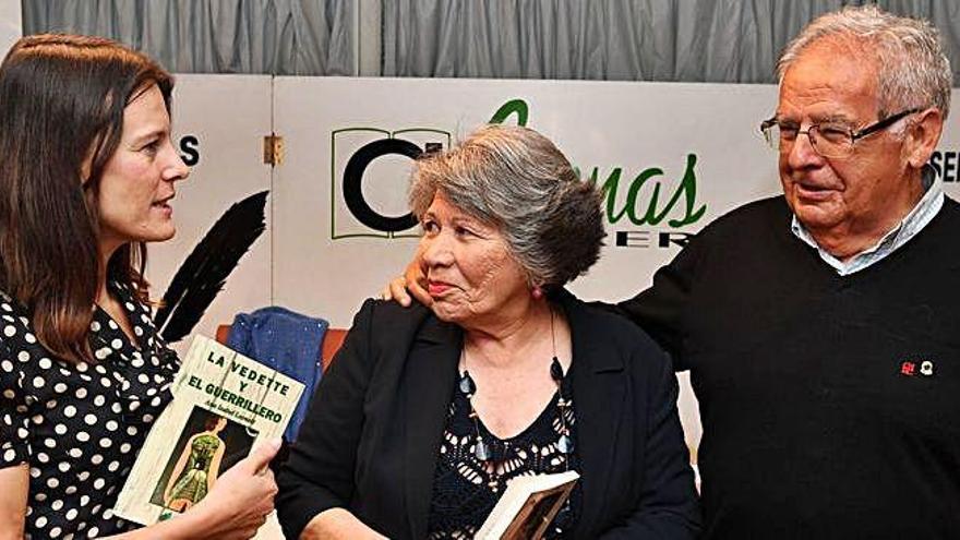 Leonett presenta su novela, en beneficio del Club de Leones de Oleiros, en Arenas