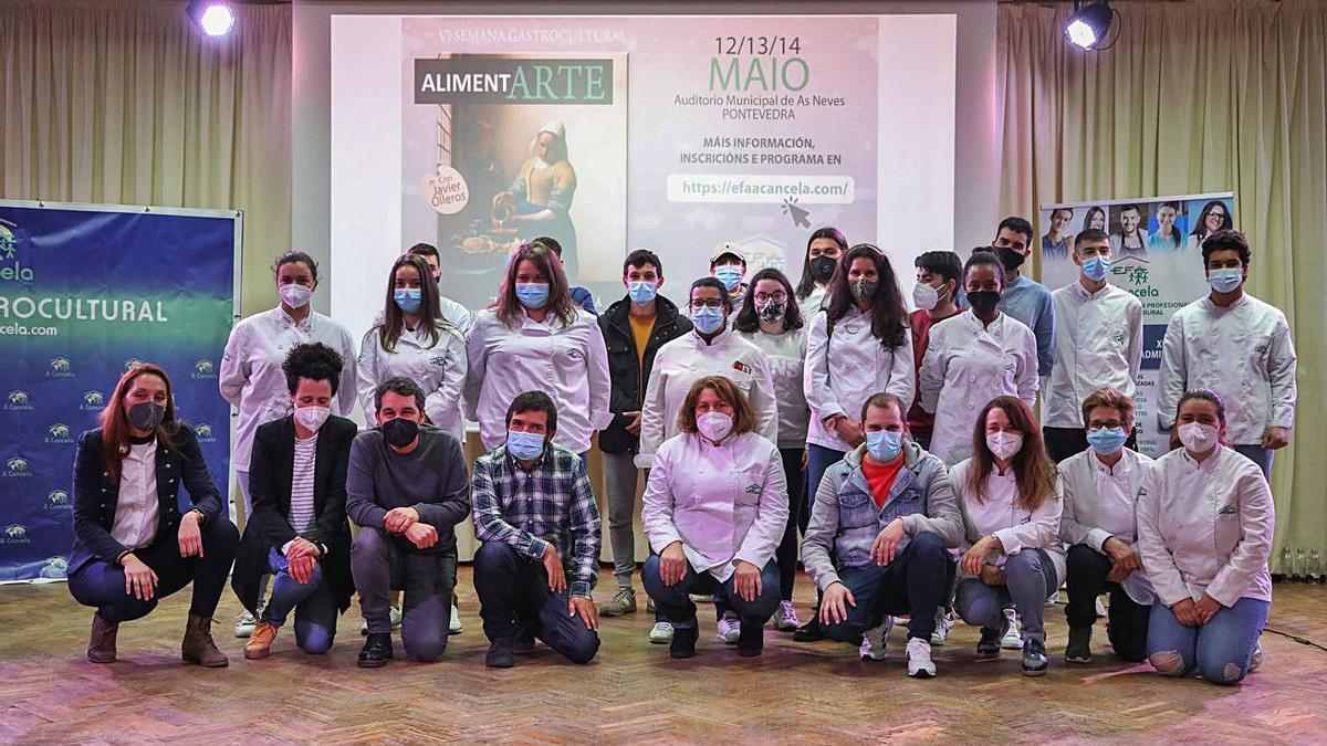 El chef Javier Olleros, tercero por la izquierda (abajo), junto a Alberto Baamonde (a su derecha) y alumnos y profesores de la EFA A Cancela, ayer en la Semana Gastrocultural. |   // ANXO GUTIÉRREZ