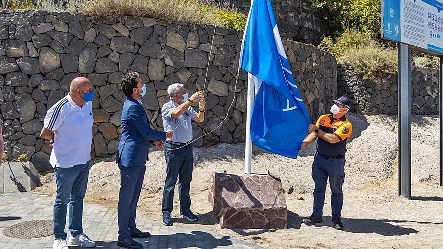 La Playa del Duque vuelve a lucir su Bandera Azul