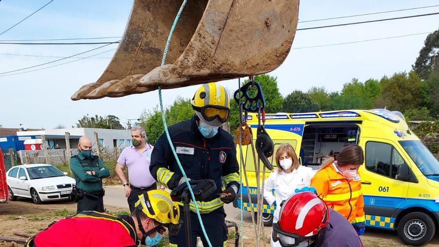 Rescatan a un trabajador que se cayó en un pozo en Salvaterra