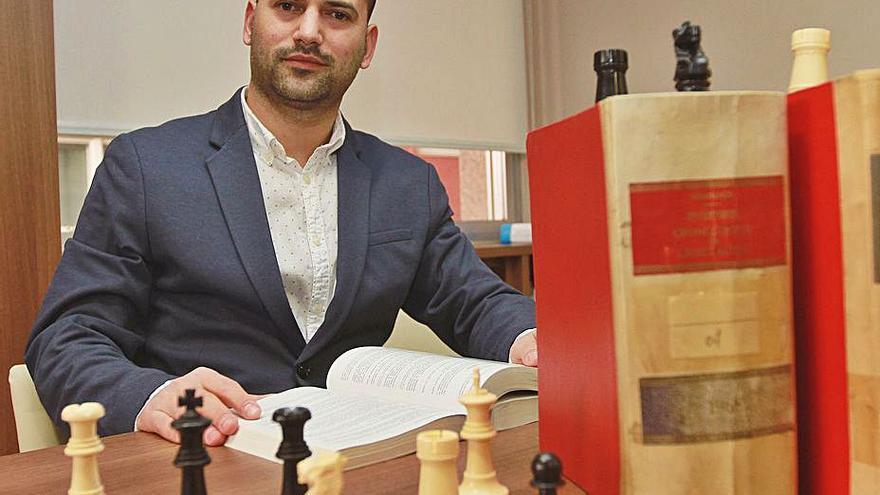 Libre bajo vigilancia, a la espera de juicio, el abogado y ajedrecista Arian González