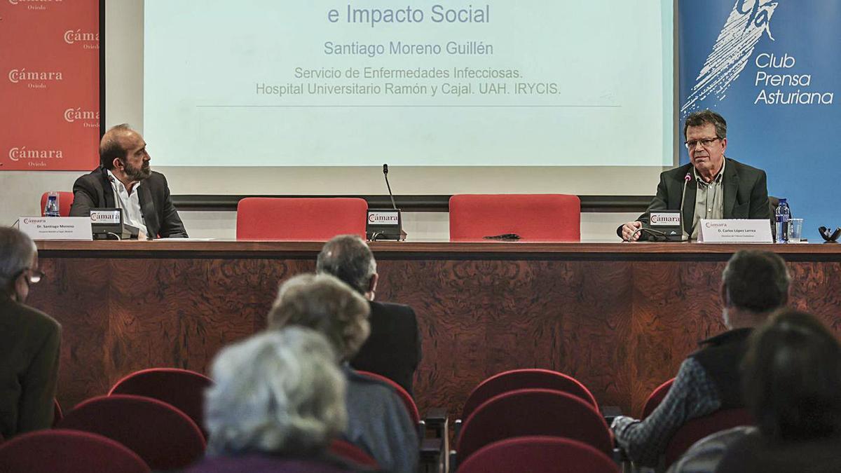 Santiago Moreno y Carlos Larrea, ayer, durante la conferencia. | Irma Collín