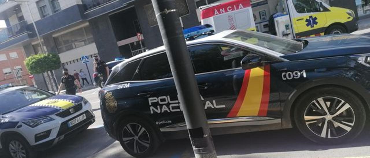 Patrullas de la Policía Nacional y de la Policía Local en el lugar de los hechos, junto a la ambulancia que ha atendido al herido
