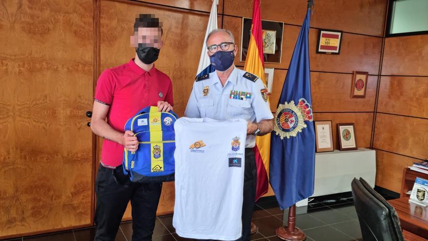 La Policía Nacional entrega la equipación del programa Fútbol+Vida