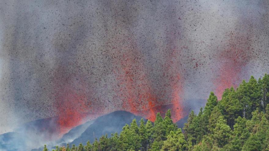 Vulkanausbruch auf der Kanaren-Insel La Palma - Lavaströme fließen hangabwärts