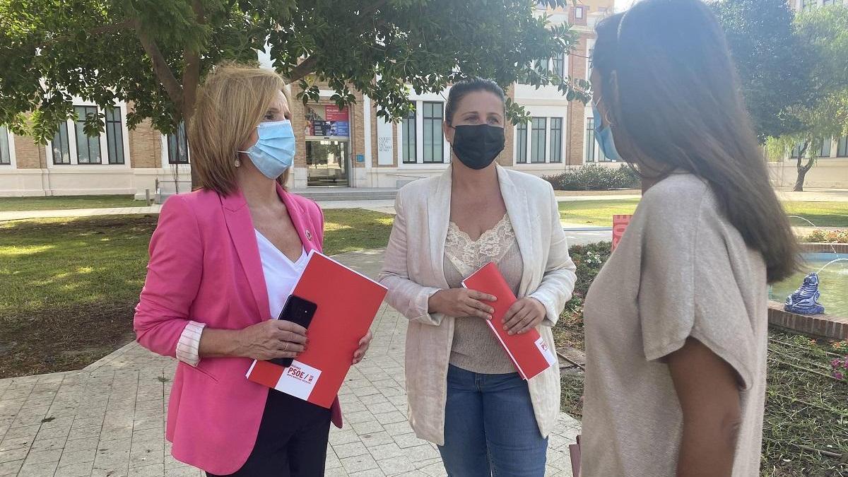 Begoña Medina y Lorena Doña, a la derecha, hoy en rueda de prensa.