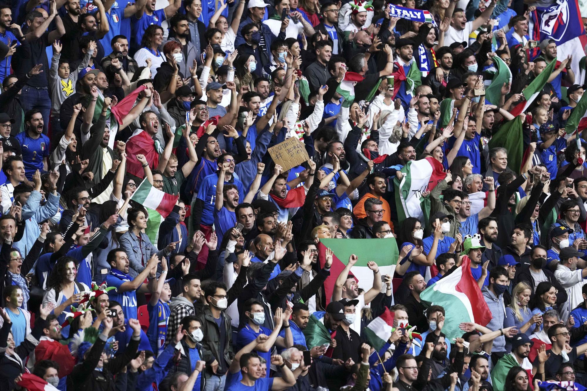 Las aficiones animan el España- Italia
