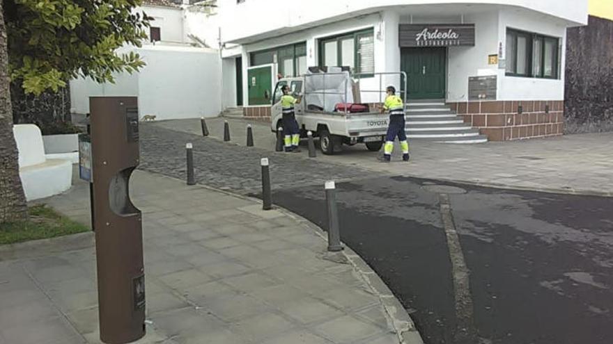 Garachico coloca dispensadores de gel en la calle y regula el baño en El Caletón