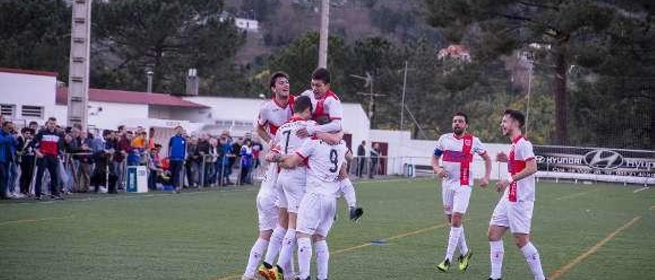 Los jugadores del Velle celebran el gol del empate. // Carlos Peteiro