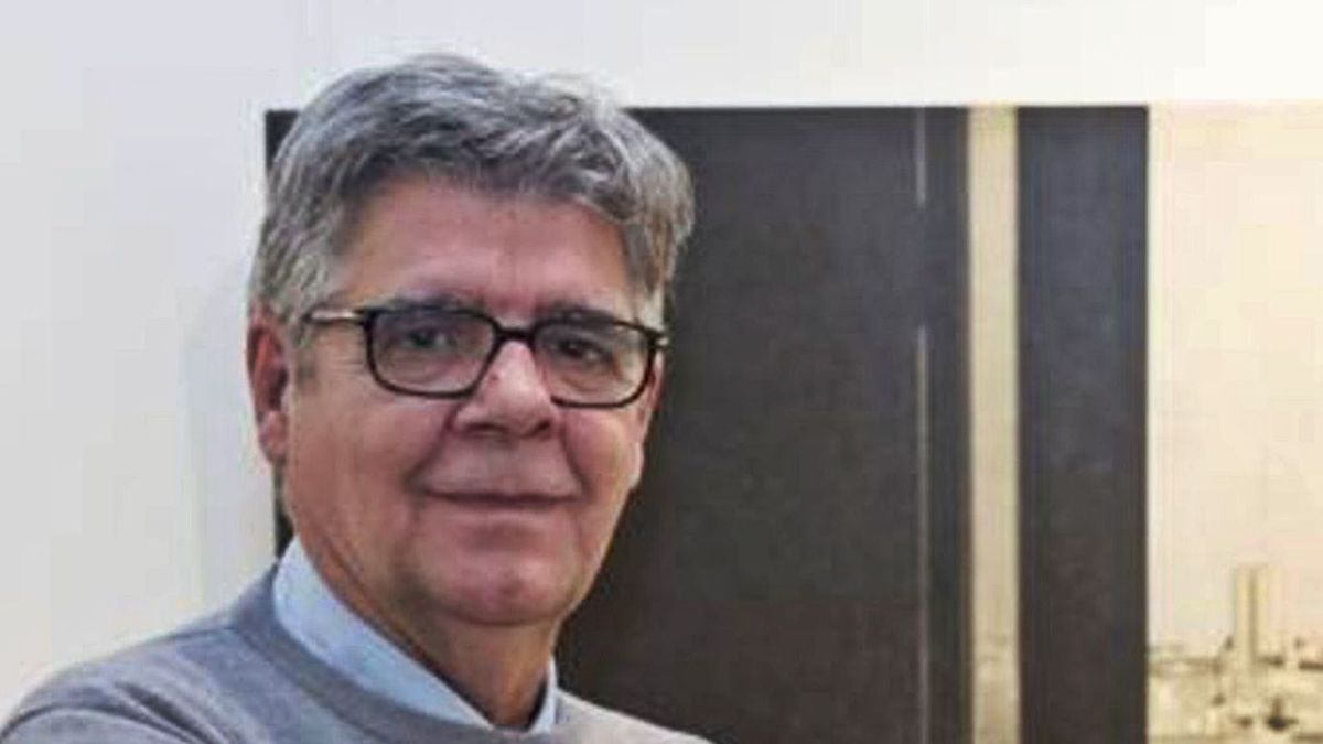 El pintor madrileño Carlos Morago posa junto a uno de sus cuadros.