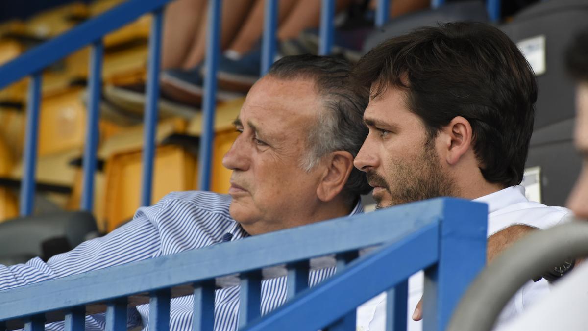 El presidente del Villarreal CF, Fernando Roig (i), junto al consejero delegado, Roig Negueroles.