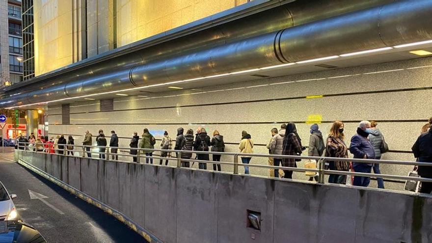 Staus vor Einkaufszentren wegen neuer Corona-Restriktionen