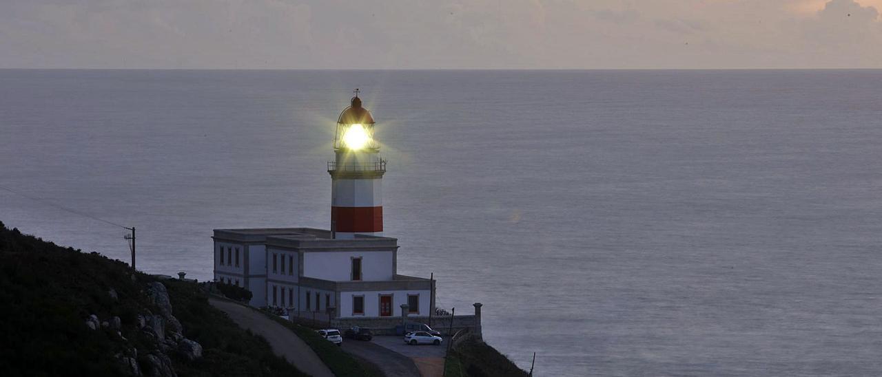 El faro de Silleiro recobró ayer su luz tras la renovación del sistema de iluminación.