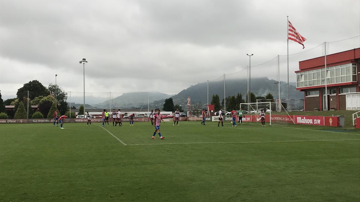Un instante del encuentro entre el Sporting y el Gijón Industrial