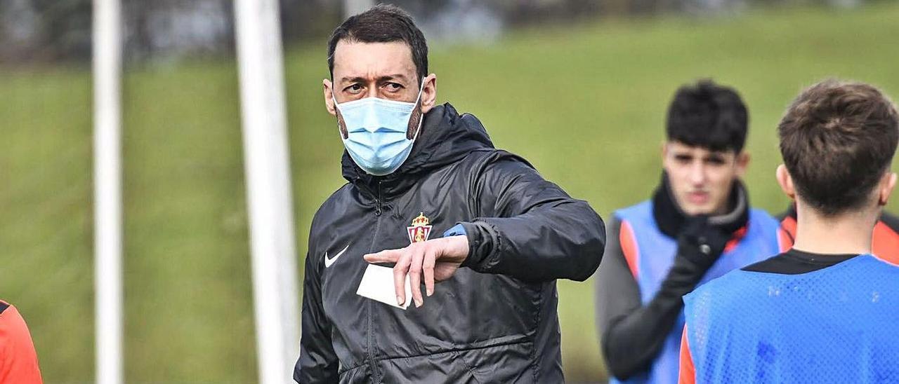 Sergio Sánchez da indicaciones ayer en su primer entrenamiento con el filial.