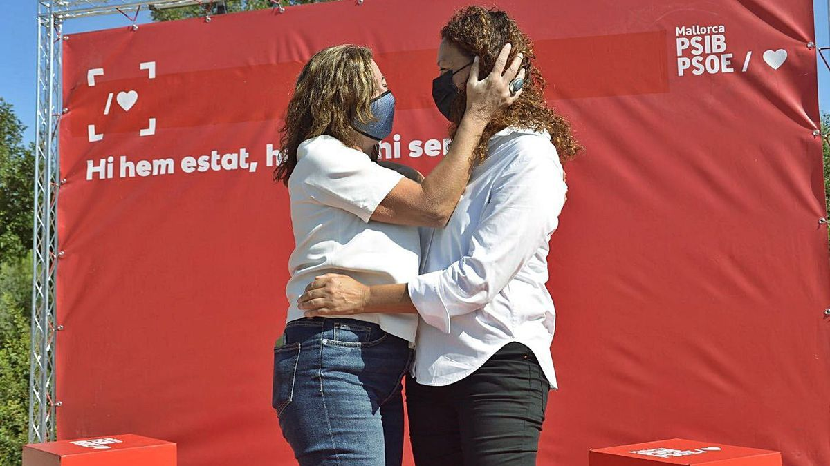 La presidenta del Govern y secretaria general del PSIB, Francina Armengol, con Catalina Cladera.
