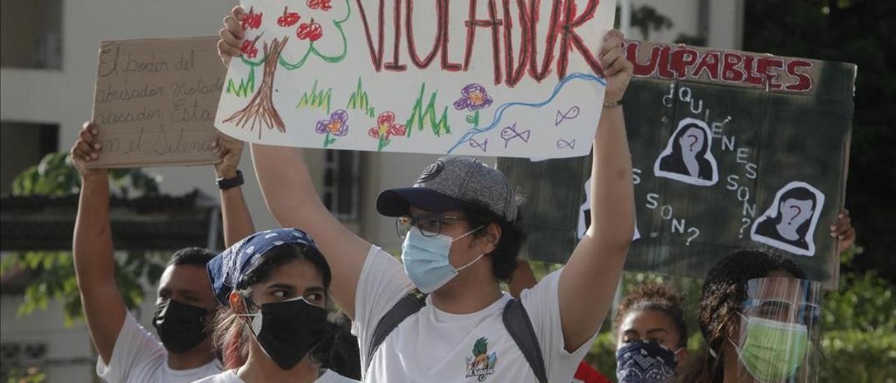Varias personas participan en una protesta contra el abuso infantil.