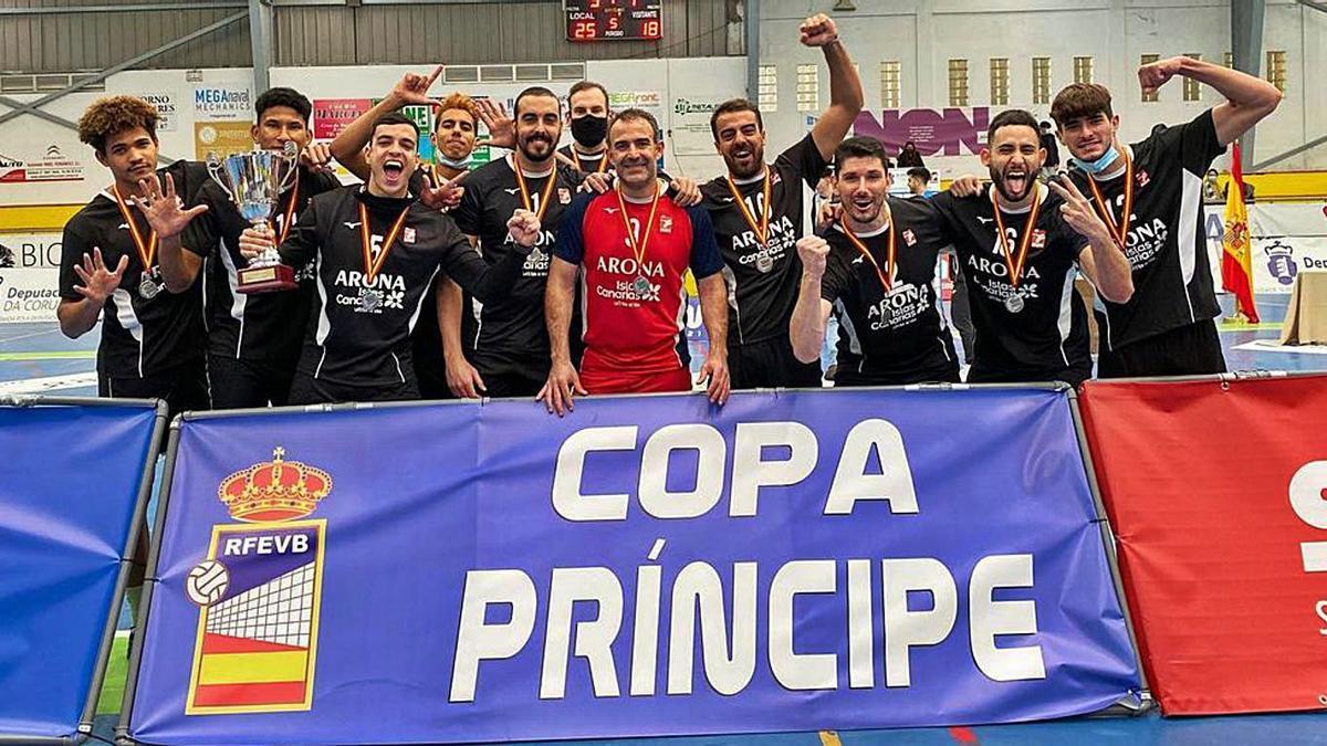 Los jugadores del Arona Intersport celebran el segundo puesto de la Copa Príncipe.