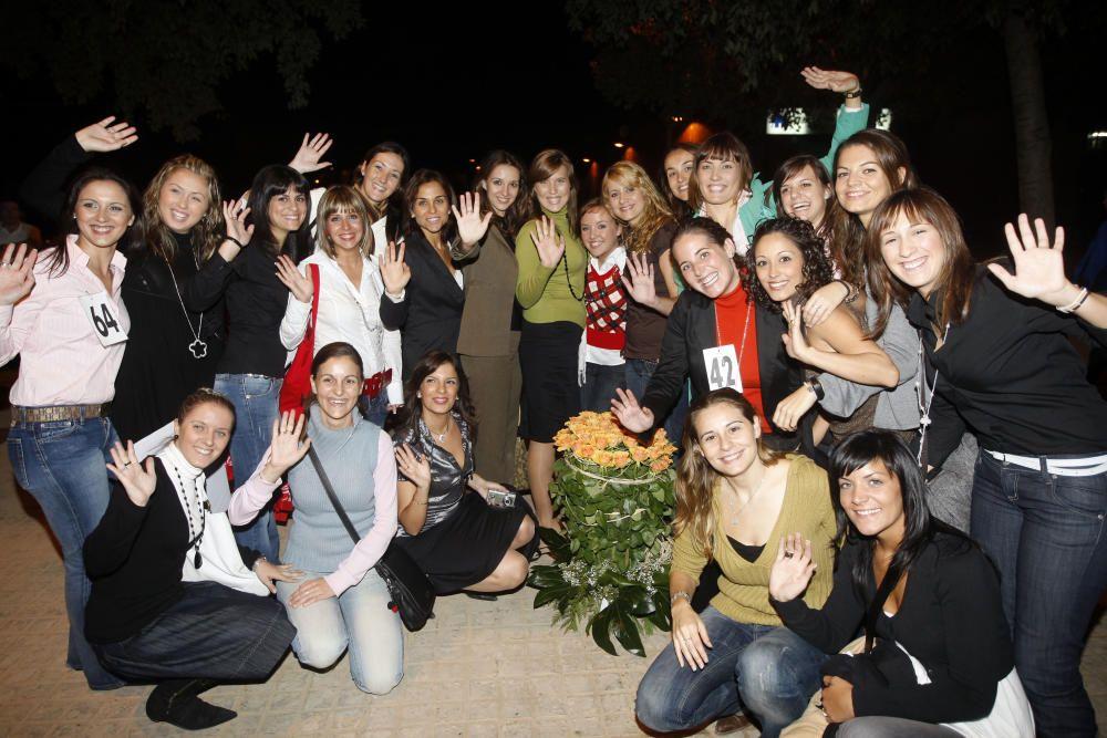 Bajo la casa de Gloria, un grupo de preseleccionadas acuden también para felicitarla.