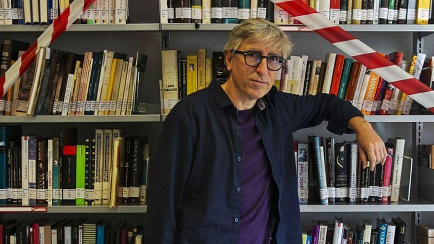 El escritor David Trueba, visitó ayer la biblioteca del centro social Felicidad Sánchez en Babel con motivo de la Feria del Libro de Alicante