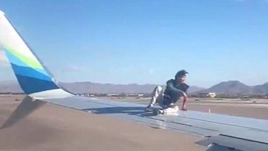 Detenido en Las Vegas tras trepar al ala de un avión