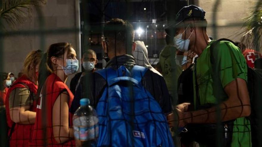 Migrantes intentan salir de Santa Cruz hacia Huelva