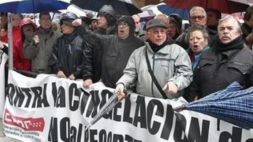 Els pensionistes es manifesten davant Hisenda contra la pujada del 0,25%