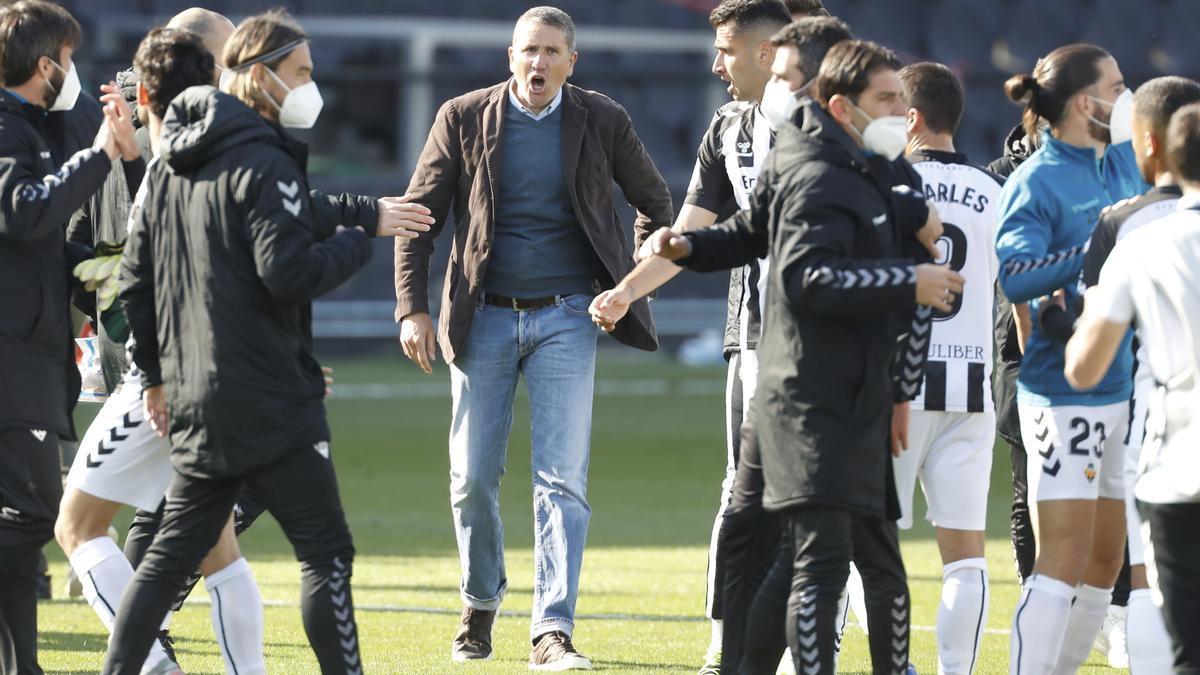 Garrido felicita a sus jugadores durante un partido del Castellón en Castalia.