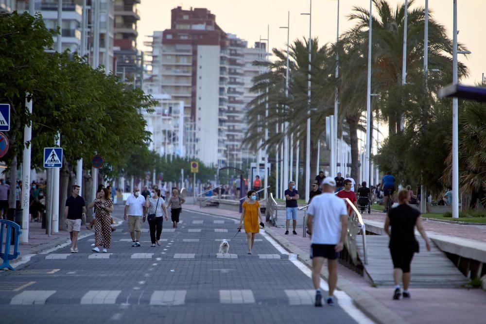 Los vecinos llenan el paseo Marítim Neptú de Gandia