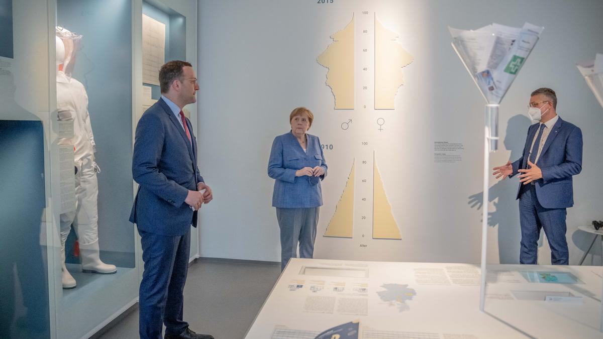 Bundeskanzlerin Angela Merkel, Jens Spahn, Bundesminister für Gesundheit, und Lothar Wieler, Präsident des Robert Koch-Instituts (RKI) am Dienstag (13.7.) im RKI in Berlin.