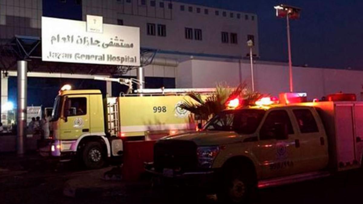 Los equipos de bomberos, ante el hospital de Bagdad.