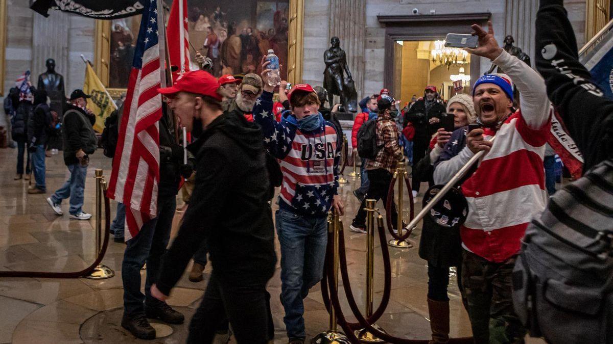 Detenidos dos asaltantes del Capitolio que rociaron con espray antiosos al agente fallecido tras el ataque