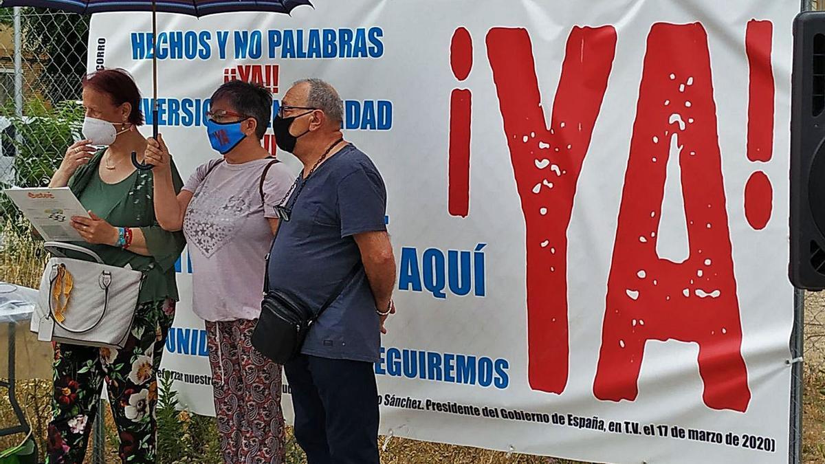 Protesta vecinal para reivindicar la construcción del centro de salud en el barrio de Perpetuo Socorro.    ENTIDADES DE BARRIO PERPETUO SOCORRO