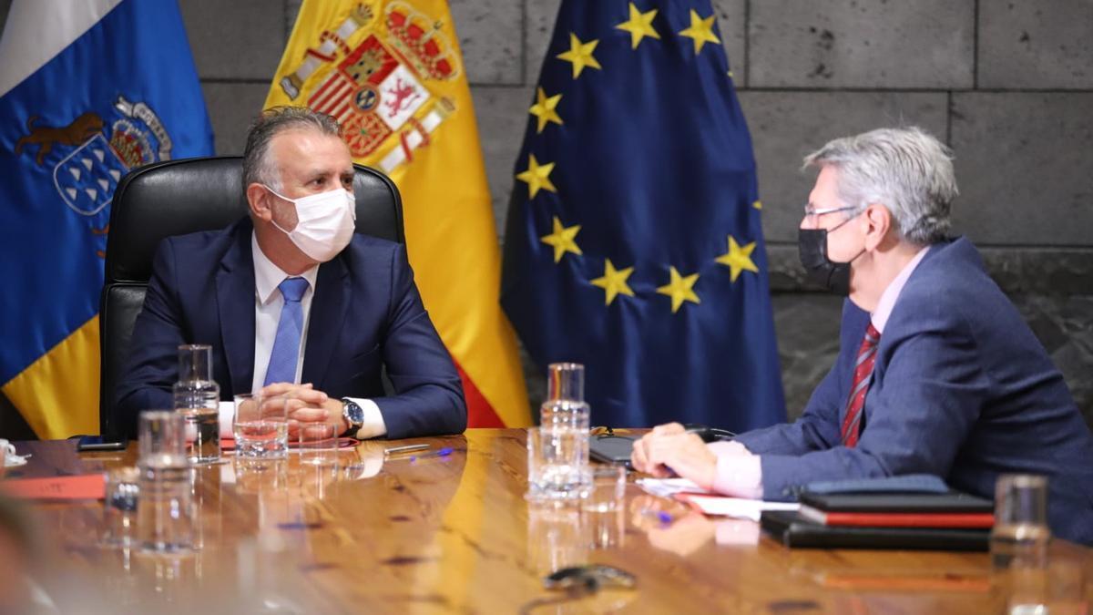 El presidente del Gobierno de Canarias, Ángel Víctor Torres, (i)durante la reunión de esta mañana.