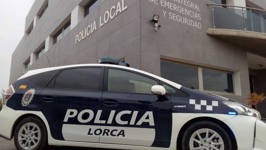 Encuentran a una mujer herida sobre un banco en la estación de Lorca