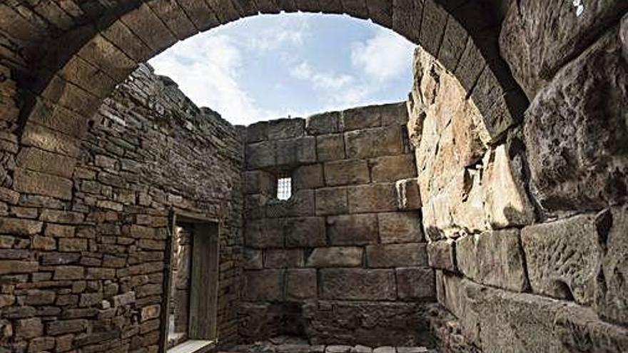 Un rentat de cara a l'antic sepulcre romà