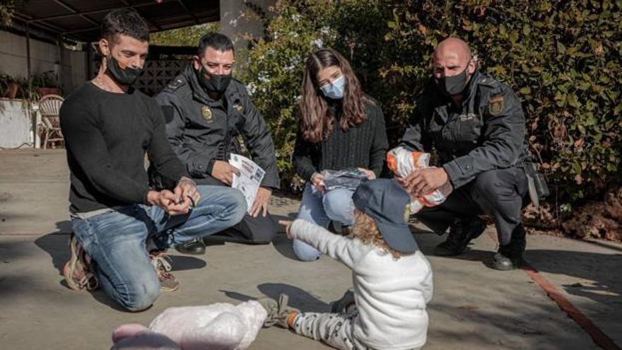 """Dos policías se reencuentran con la niña a la que le salvaron la vida: """"Es uno de los servicios que te dan la vida"""""""