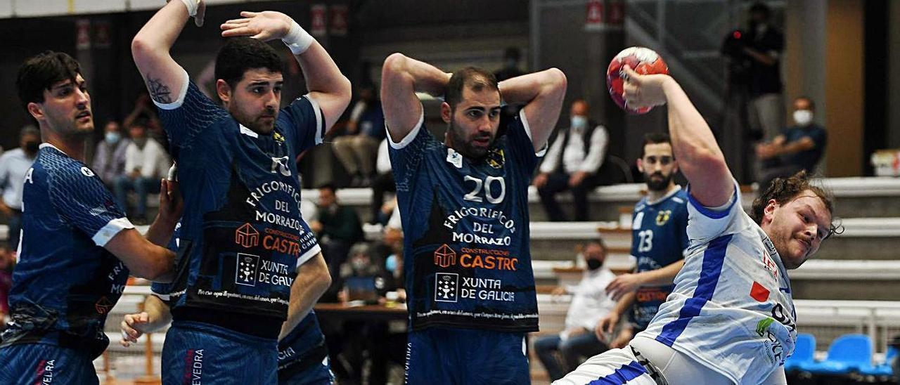 David Iglesas, Quintas y Cerqueira observan el lanzamiento del cisneísta Dani Ramos. |  // GUSTAVO SANTOS