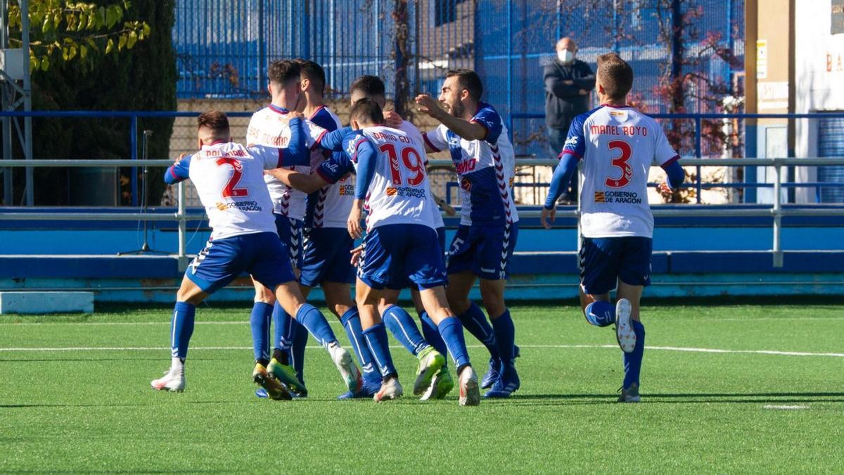 Los jugadores del CD Ebro, durante un partido la temporada pasada
