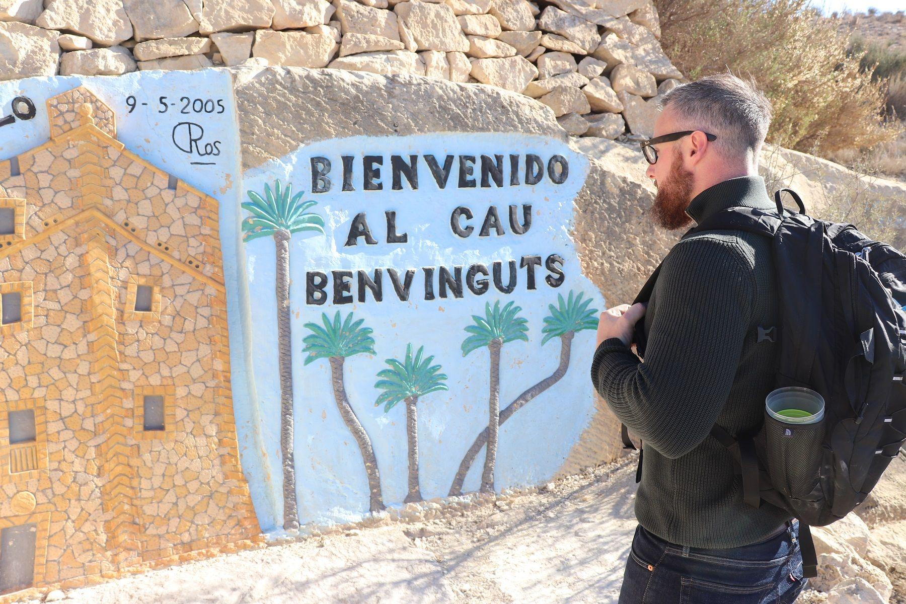 Un visitante inglés mirando una de las primeras esculturas que se observan en el recorrido del Cau