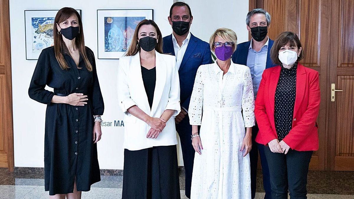 Máñez (segunda por la derecha) con miembros de la consejería de Empleo, la presidenta y la consejera de Empleo del Cabildo. | | LP