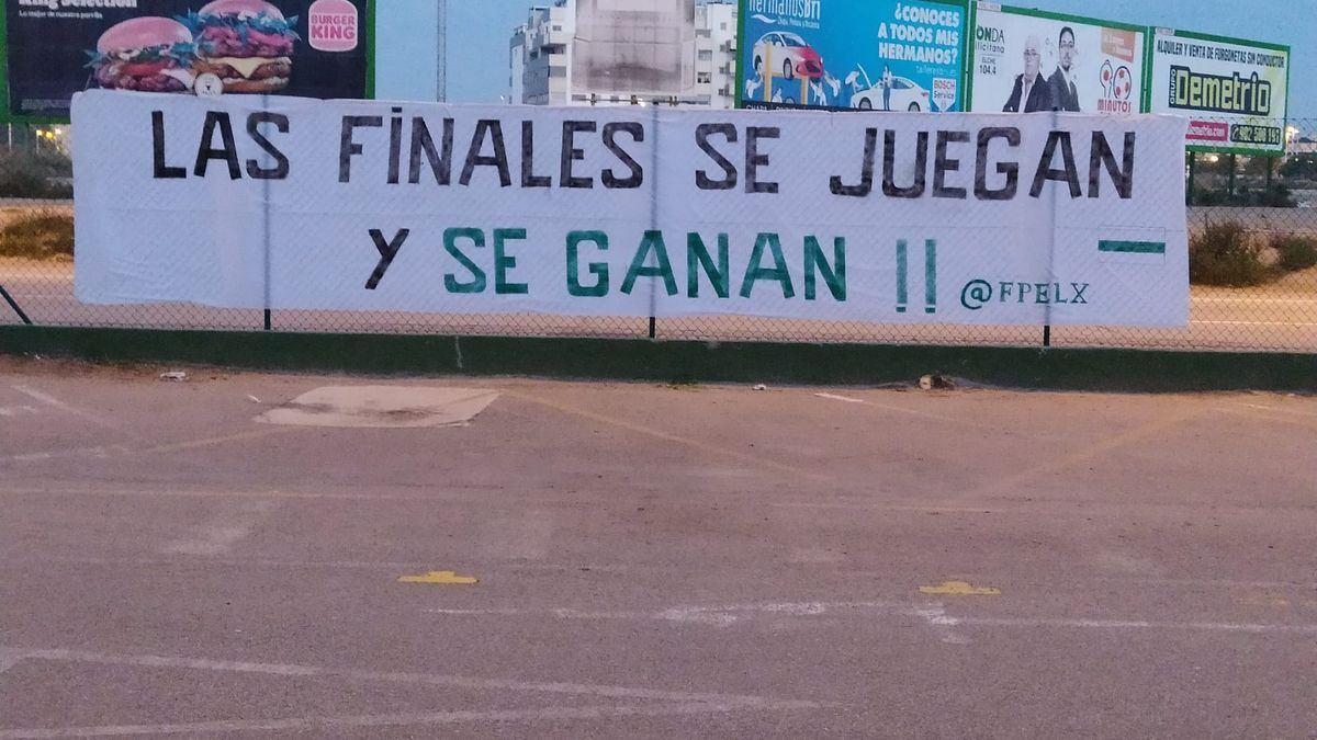 Pancarta con mensaje de la Federación de Peñas del Elche CF