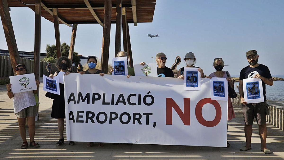 Representantes de las plataformas contra la ampliación del aeropuerto, ayer, en es Carnatge.