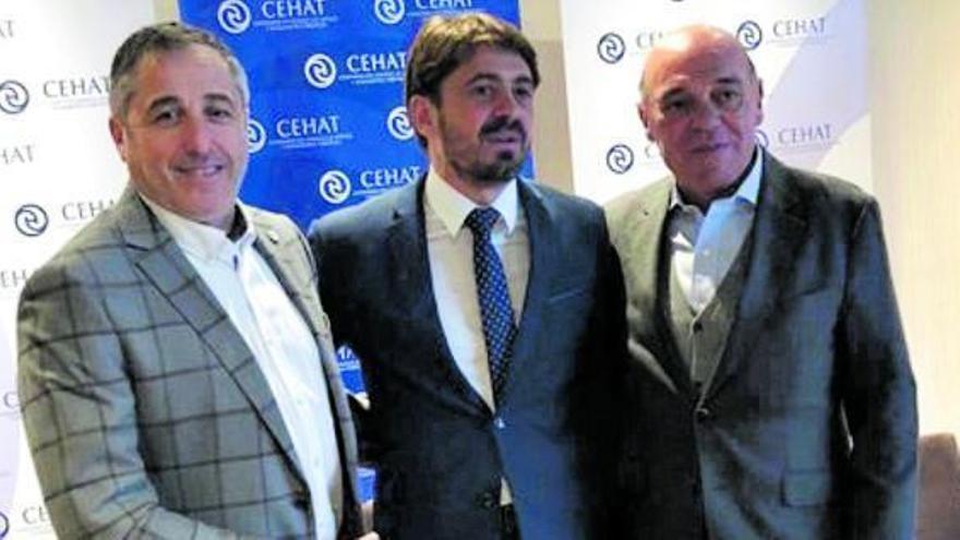 Jaime García-Calzada, a la derecha de la imagen, y Jorge Marichal, en el centro, tras una reunión de la Cehat. | | EUROPA PRESS